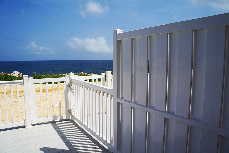 South Florida vinyl shadowbox fence and vinyl picket fence by the ocean.